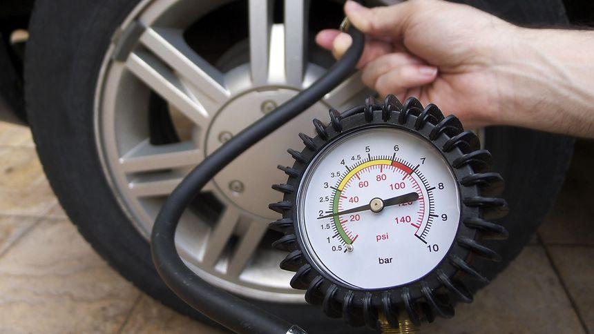 Wird der vorgegebene Reifendruck um 0,5 bar erhöht, geht der Treibstoffverbrauch um drei Prozent zurück. Auch im Windschatten des Fahrzeugs montierte Fahrradheckträger erhöhen den Verbrauch.