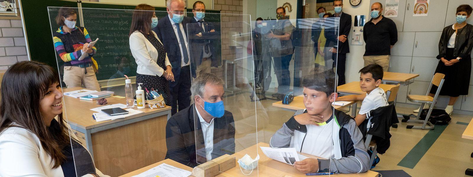 En visite dans une école de Mondercange, Claude Meisch a pu apprécier combien la communication à travers des vitres de plexiglas était... étrange.