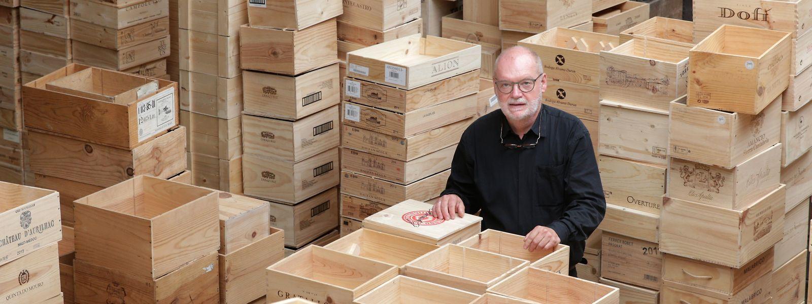 """Heinz-Josef Weis inmitten einer neuen Lieferung """"Rohstoff"""" für seine Möbelstücke."""