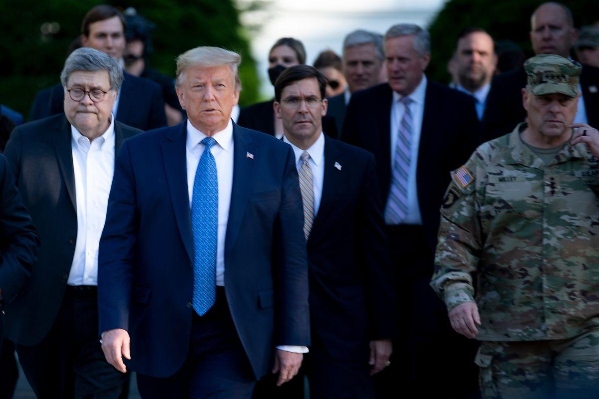 US-Präsident Donald Trump mit Verteidigungsminister Mark T. Esper (rechts von ihm) auf dem Weg zur St. John's Church.