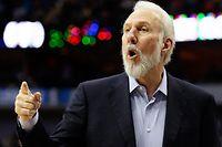 """ARCHIV - Der Trainer der San Antonio Spurs, Gregg Popovich, gibt am 07.04.2017 Anweisungen beim NBA-Basketball-Spiel der Dallas Mavericks - San Antonio Spurs in Dallas, USA. (zu dpa """"«Seelenloser Feigling»: Spurs-Trainer Popovich empört sich über Trump am 17.10.2017) Foto: Lm Otero/AP/dpa +++(c) dpa - Bildfunk+++"""