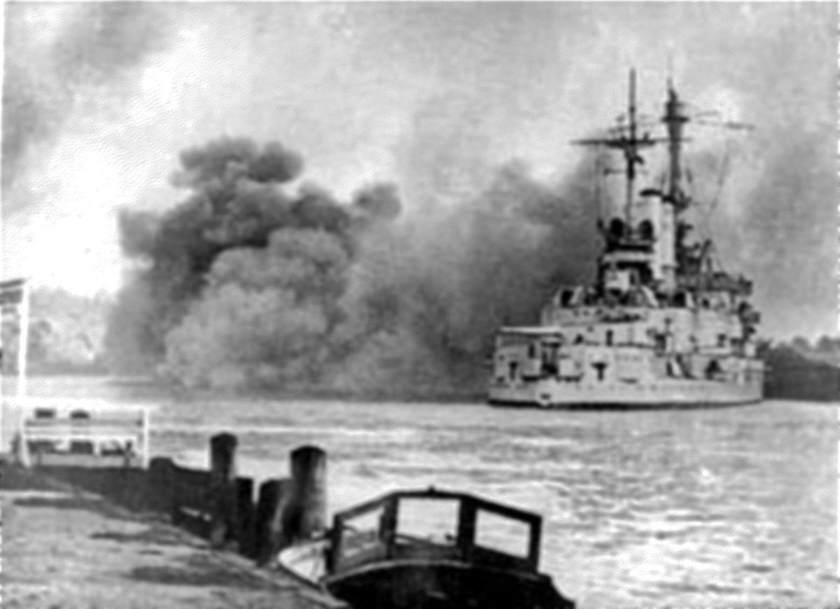 """Die """"Schleswig-Holstein"""" eröffnet um 4.45 Uhr im Hafen von Danzig das Feuer auf die Westerplatte - der Überfall auf Polen hat begonnen."""