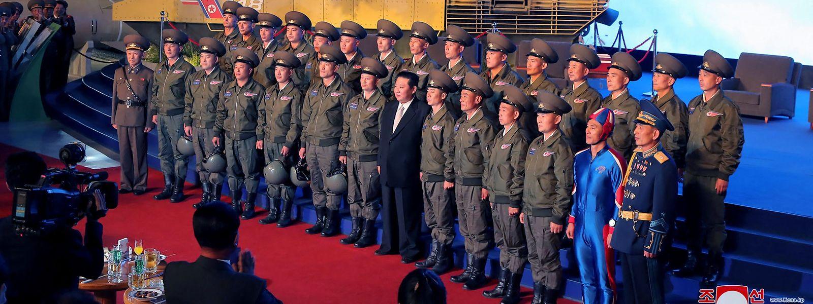 Ein seltsames Detail auf einem Foto von Kim Jong-un sorgt in den sozialen Medien für Aufregung.