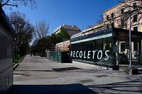 A pedestrian area remains empty in central Madrid on March 14, 2020 after regional authorities ordered all shops in the region be shuttered from today through March 26, save for those selling food, chemists and petrol stations, in order to slow the coronavirus spread. (Photo by JAVIER SORIANO / AFP)