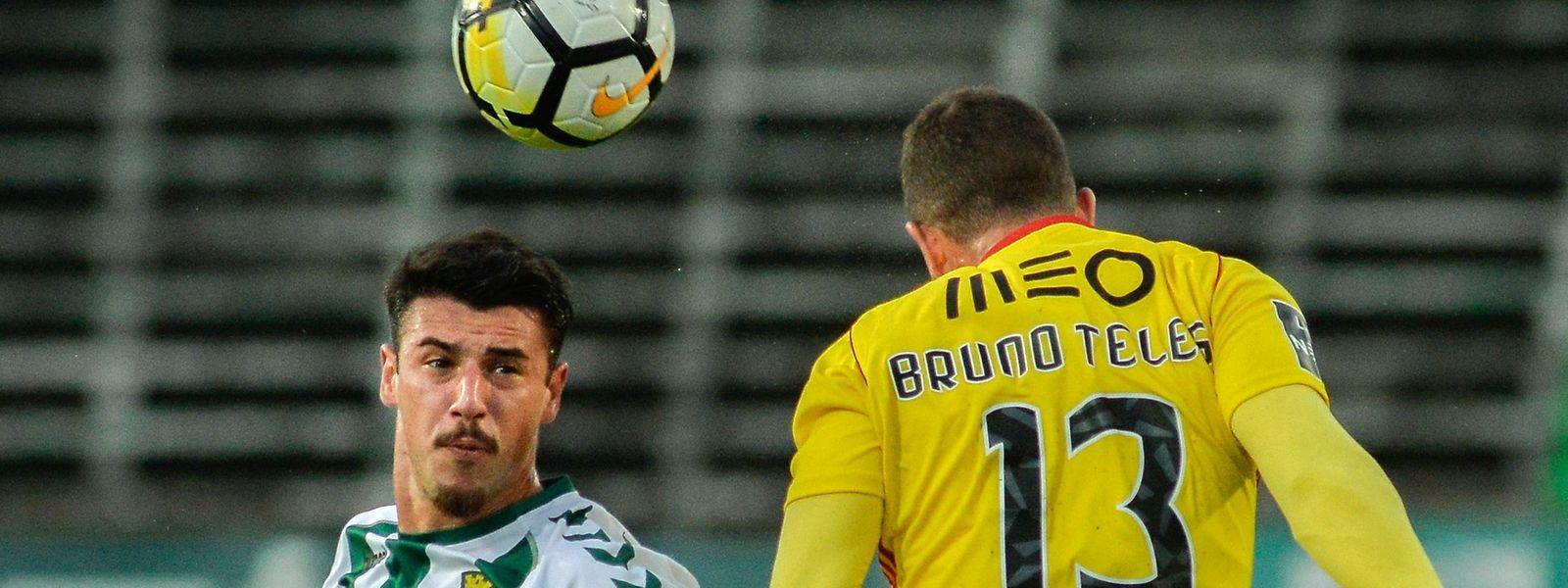O jogador do Vitória de Setúbal, André Pereira (esquerda) é um dos trunfos da formação sadina na receção ao Portimonense