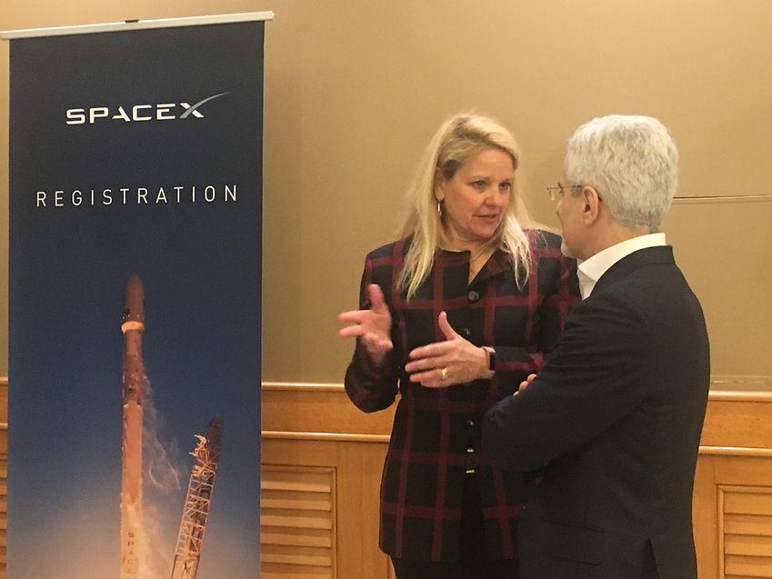Bras croisés, visage fermé, Karim Michel Sabbagh discute avec la présidente de Space X, Gwynne Shotwell, seule image du déplacement luxembourgeois à l'occasion du lancement du GovSat 1 à Cap Canaveral