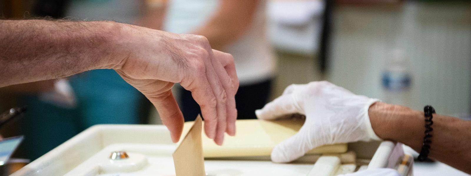 Trois mois après le 1er tour, le taux de participation aux élections municipales a encore été plus faible : de l'ordre de 42%, au niveau national.