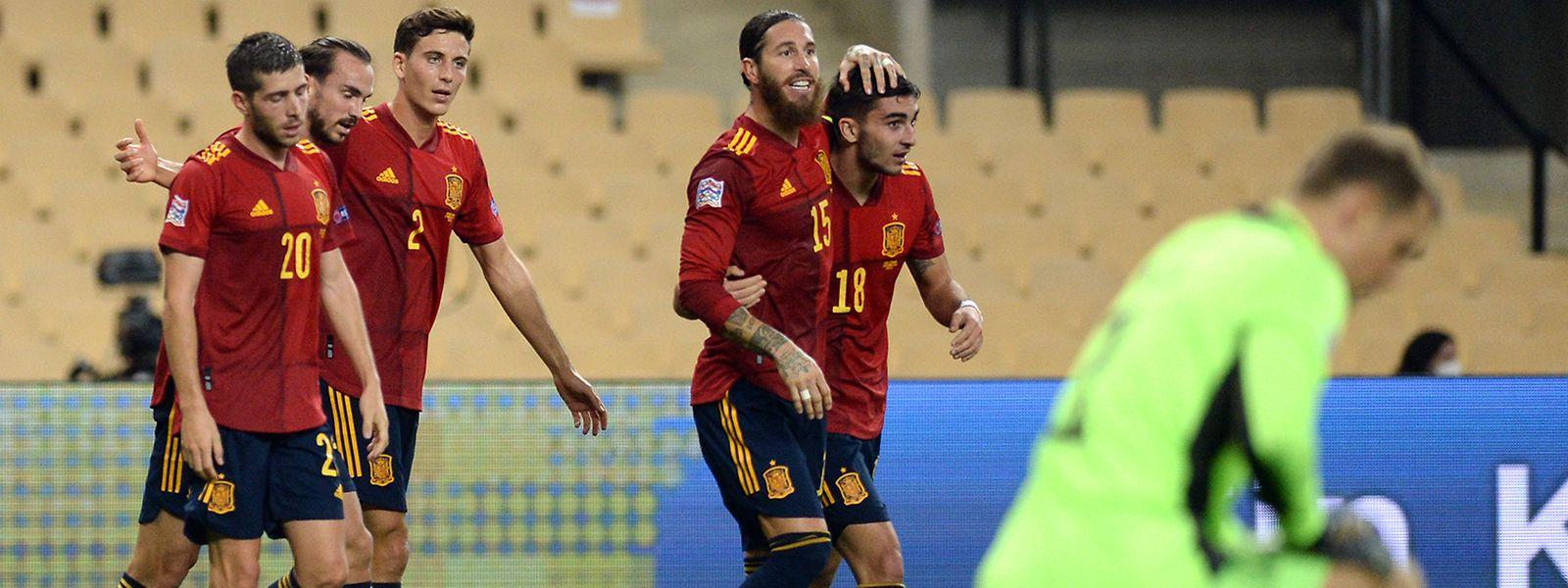 Spaniens Spieler um Dreifachtorschütze Ferran Torres (r.) jubeln, Deutschlands Torwart Manuel Neuer ist bedient.