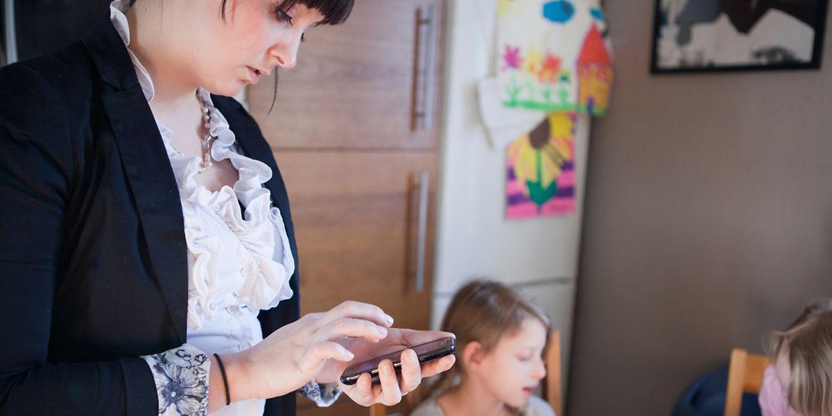 Die Arbeit verfolgt viele Eltern bis nach Hause - sie können Beruf und Familie schlecht miteinander in Einklang bringen.