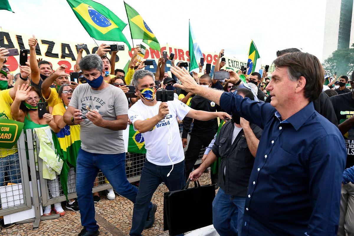 Trotz steigender Fallzahlen in Brasilien zeigt sich Präsident Jair Bolsonaro - wie auch US-Präsident Trump - in der Öffentlichkeit bevorzugt ohne Maske.