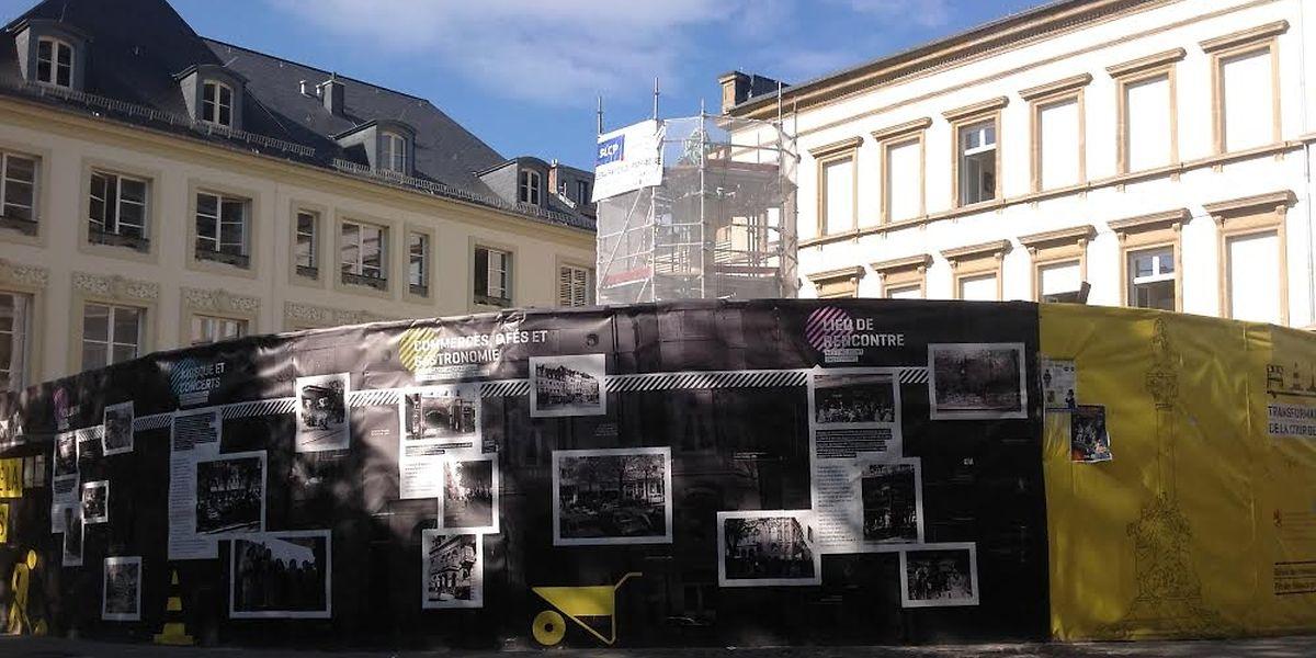 """Als die Umbauarbeiten am Rechnungshof begannen, wurde auch der Square Jan Palach """"eingepackt"""". Bald wird der Platz wieder zum Verweilen einladen. Ab September wird er komplett umgestaltet."""