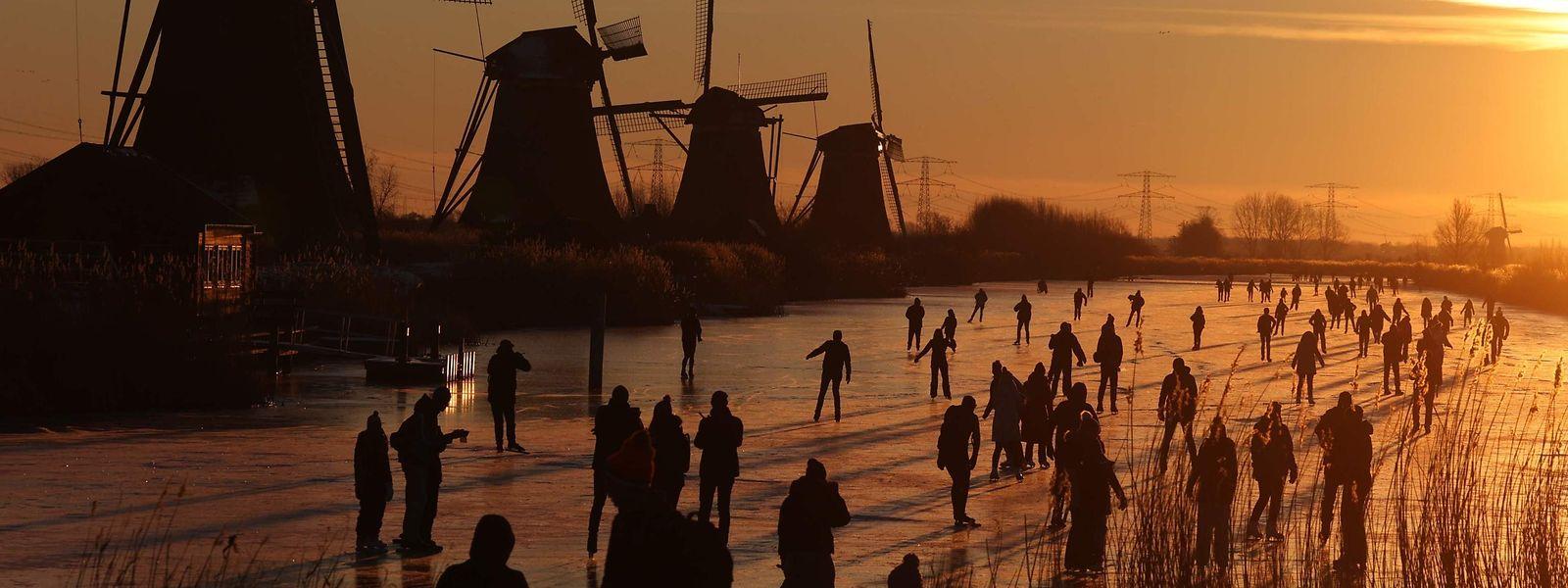 L'interdiction de sortie débute à 21h aux Pays-Bas, contre 23h au Luxembourg.