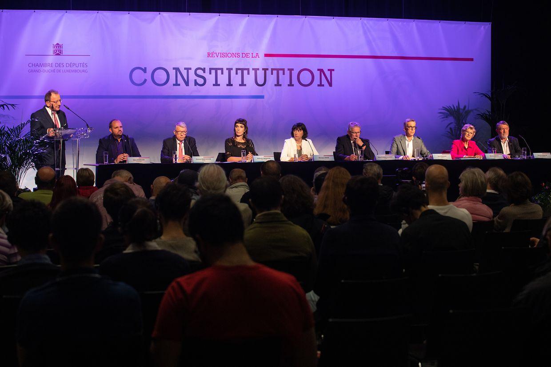 Etwa 100 Bürger nahmen am Freitag an der vom Parlament organisierten Informationsversammlung zur Verfassungsreform teil.