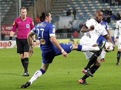 Jonathan Rivierez contré par Enzo Crivelli. Les Messins ont manqué d'arguments pour terrasser les Corses de Bastia ce samedi soir.