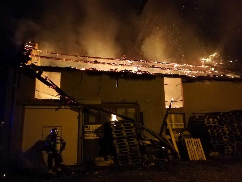 Acht Feuerwehren waren in der Nacht auf Donnerstag bei einem Großbrand in Gonderingen im Einsatz.