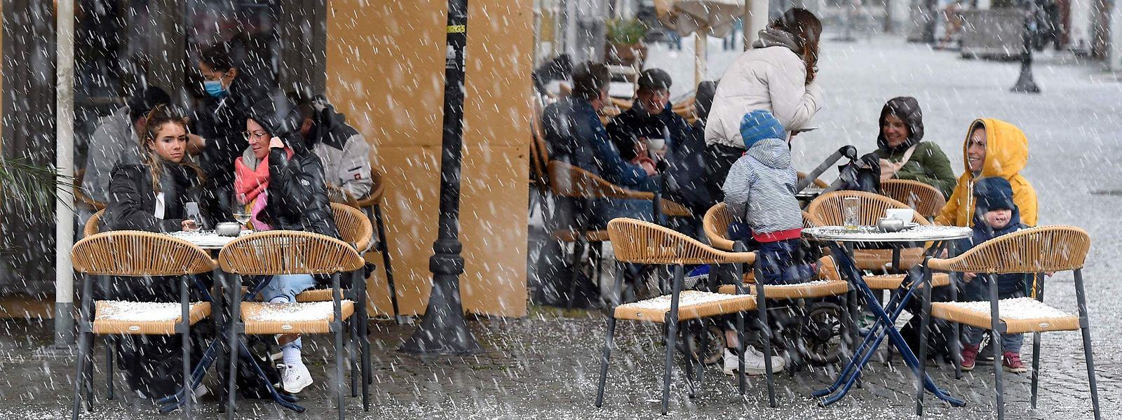 Hauptsache offen? In Saarbrücken darf die Außengastronomie unter Auflagen wieder öffnen - egal bei welchem Wetter.