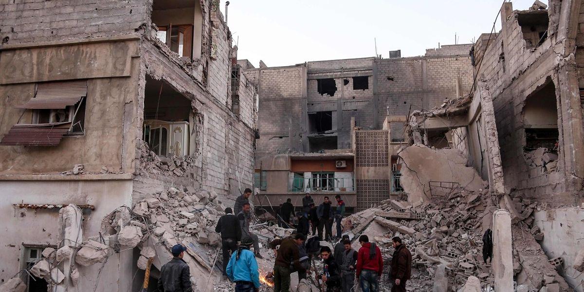 Syrische und russische Jets flogen in den vergangenen Tagen auch in der ebenfalls von Regierungsgegnern kontrollierten Provinz Idlib im Nordwesten Syriens heftige Luftangriffe mit Dutzenden zivilen Opfern.
