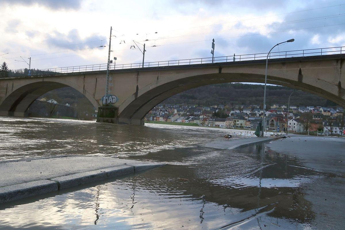 In Wasserbillig trat die Sauer an ihrer Mündung über das Ufer.