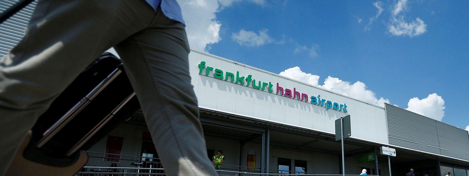 Die Shanghai Yiqian Trading Company (SYT) hat die rheinland-pfälzischen Anteile (82,5 Prozent) am hoch defizitären Flughafen Hahn übernommen und will auch die hessischen 17,5 Prozent kaufen.