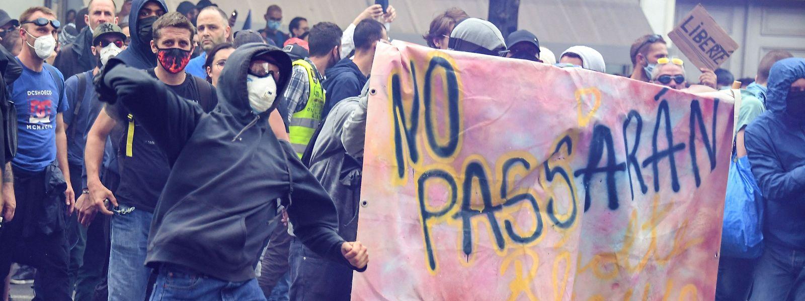 In Paris demonstrierten zahlreiche Menschen gegen die verschärften Corona-Regeln.