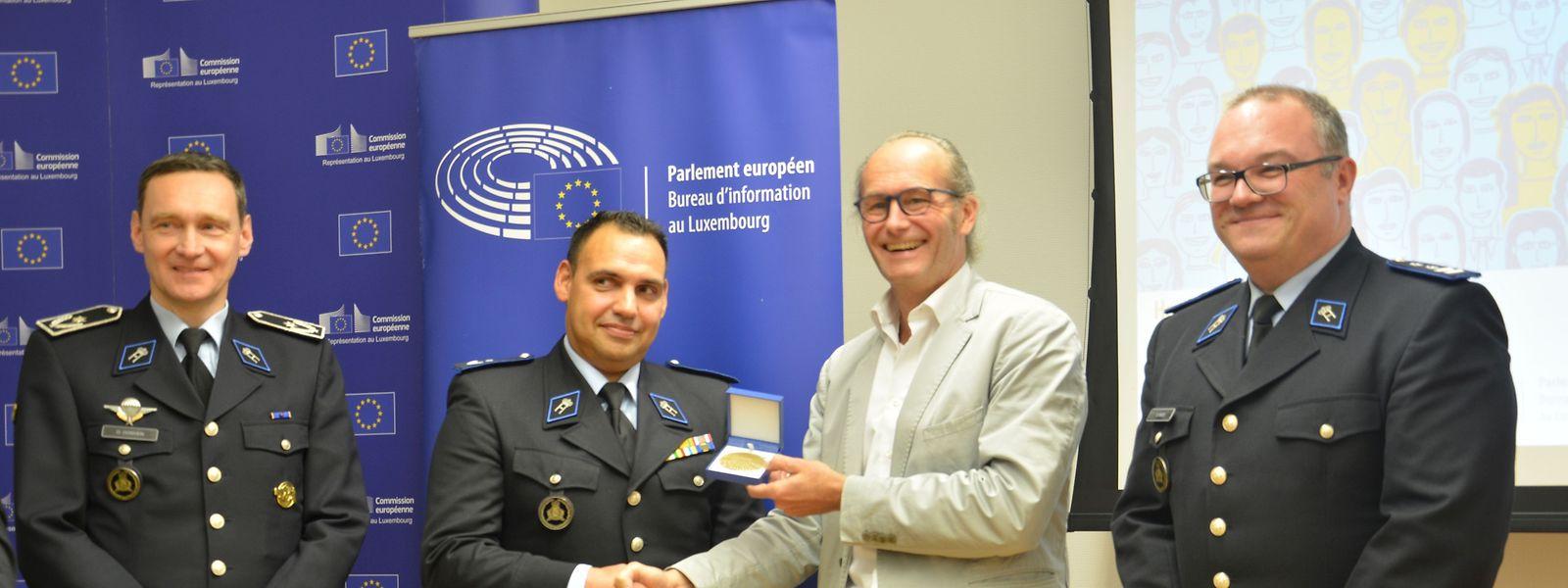 O eurodeputado luxemburguês Claude Turmes entregou o prémio a Davide Sousa.