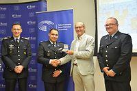 Der Europaabgeordnete Claude Turmes überreicht Davide Sousa die Auszeichnung.