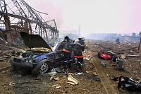 (FILES) In this file photo taken on September 21, 2001 firefighters evacuate an injured driver from his vehicle in the middle of debris and rubble after the explosion of three hundred tonnes of ammonium nitrate stored in a warehouse, at AZF chemical plant near Toulouse. - The trauma of the victims of the disaster of Toulouse's AZF plant in 2001 resurface a day after a mega-blast tore through the harbour in the heart of the Lebanese capital Beirut with the force of an earthquake, killing at least 100 people and injuring over 4,000. (Photo by ERIC CABANIS / AFP)