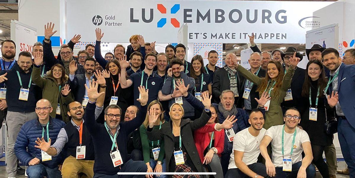 Portrait de groupe (21 start-up luxembourgeoises) avec dame(Elodie Trojanowski, de Luxfactory,  en avant-plan)