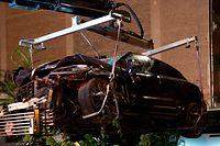 07.09.2019, Berlin: Ein zerstörter SUV wird auf einen Abschleppwagen gehoben. Im Stadtteil Mitte waren bei einem schweren Verkehrsunfall vier Menschen getötet worden. Der Geländewagen war über einen Gehweg und durch einen Bauzaun in ein Baugrundstück gerast und hatte dabei Passanten getötet. Foto: Paul Zinken/dpa +++ dpa-Bildfunk +++