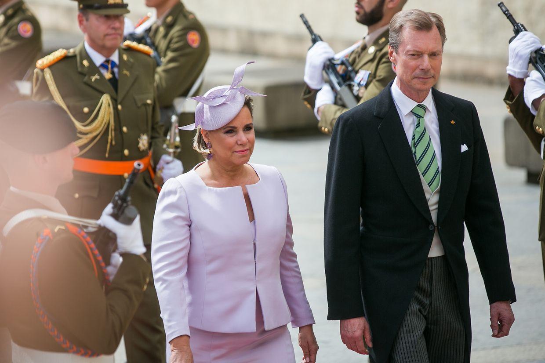 Großherzogin Maria Teresa präsentierte mit ihrem Kopfschmuck zum modern geschnittenen Zweiteiler in Flieder die mit Abstand edelste Kreation des Tages.