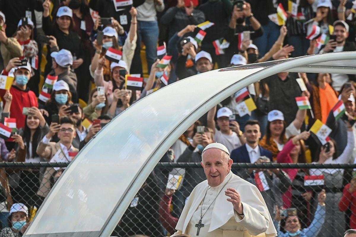 Papst Franziskus winkt aus dem Papamobil während er am Franso-Hariri-Stadion ankommt, um eine Messe abzuhalten.