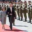 Symbolfigur der nationalen Unabhängigkeit, aber beschränkt auf repräsentative Funktionen: Großherzog Henri und Großherzogin Maria-Theresa schreiten am Nationalfeiertag eine militärische Ehrenformation ab.