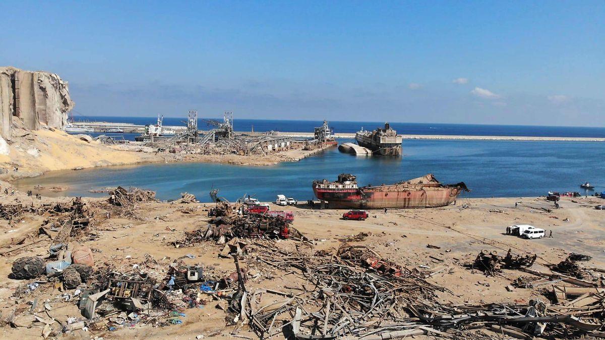 Wo einst der Hafen war, liegen nur noch zerstörte Schiffe und Gestein.