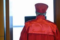 """ARCHIV - 05.05.2020, Baden-Württemberg, Karlsruhe: AndreasVoßkuhle, Vorsitzender des Zweiten Senats beim Bundesverfassungsgericht, verlässt nach der Urteilsverkündung des zweiten Senats des Bundesverfassungsgerichts (BVerfG) zu milliardenschweren Staatsanleihenkäufen der Europäischen Zentralbank (EZB) den Sitzungssaal. (zu dpa """"Wankt Europas Justiz-Architektur? - Fragen zum Europatag"""" am 10.05.2020) Foto: Sebastian Gollnow/dpa +++ dpa-Bildfunk +++"""