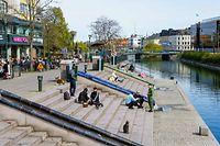 18.04.2020, Schweden, Malmö: Menschen sitzen in der Sonne und genießen das sonnige Wetter. In Schweden waren bis Freitag, den 17. April 2020, 1400 Menschen an der Virusinfektion gestorben, sehr viel mehr als in den anderen nordischen Ländern. Foto: Ludvig Thunman/Bildbyran via ZUMA Press/dpa +++ dpa-Bildfunk +++
