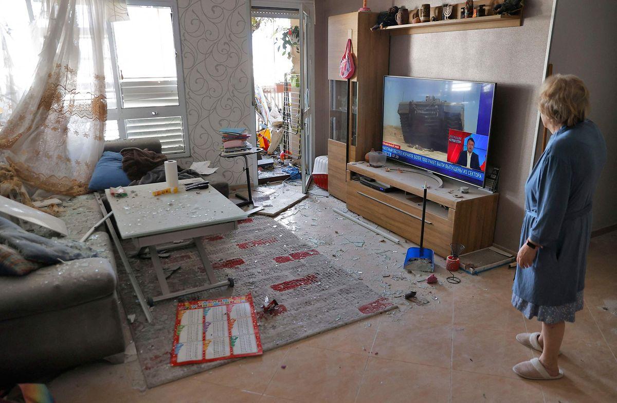 Eine israelische Frau begutachtet den Schaden in ihrem Wohnzimmer, nachdem eine palästinensische Rakete in ihr Haus in Ashkelon eingeschlagen hat.