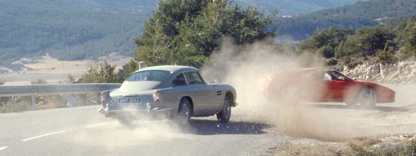 """Verfolgungsjagd aus """"Goldeneye"""" (1995): Oberhalb von Monte Carlo jagt James Bond in seinem Aston Martin DB5 die Pilotin Xenia Onatopp, die ihrerseits in einem Ferrari F355 GTS unterwegs ist."""