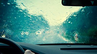 Gare aux premières pluies après des semaines de sécheresse: elles peuvent rendre la route glissante.