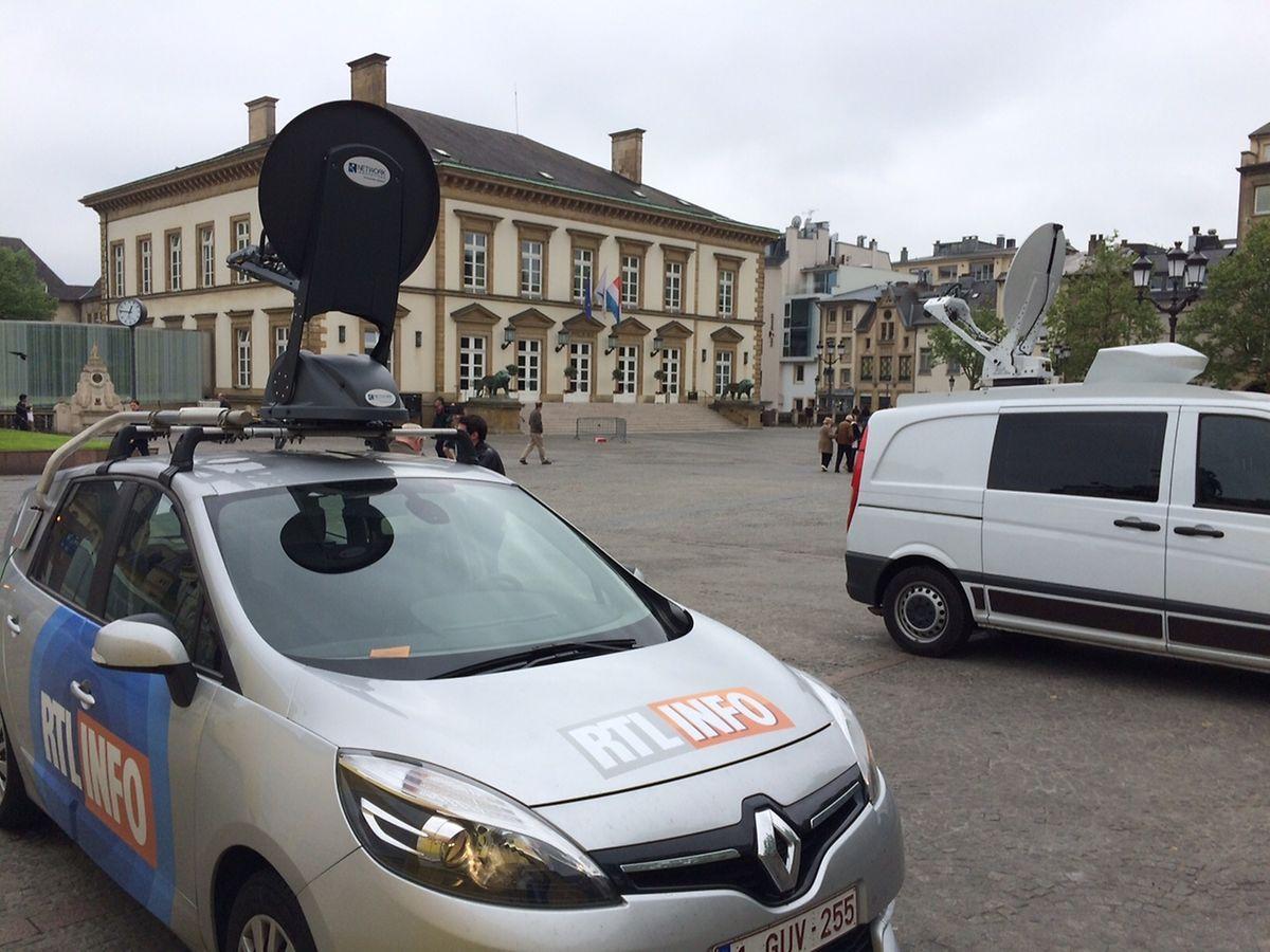 Übertragungswagen sind vor dem hauptstädtischen Rathaus in Stellung gegangen: Das Medieninteresse an der Bettel-Hochzeit scheint sich am Freitagmittag dennoch in überschaubaren Grenzen zu halten.