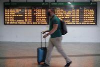 03.07.2020, Spanien, Madrid: Ein Passagier mit Mundschutz geht am Bahnhof Madrid Atocha an einer Anzeigetafel vorbei. Am Freitag dem 3. Juli 2020 beginnen in Madrid die Sommerabreisen mit besonderen Hygiene- und Sicherheitsmaßnahmen für die Passagiere aufgrund der Corona-Krise. Foto: Eduardo Parra/EUROPA PRESS/dpa +++ dpa-Bildfunk +++