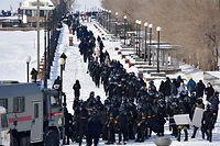 31.01.2021, Russland, Wladiwostok: Bereitschaftspolizei ist während einer nicht genehmigten Demonstration zur Unterstützung des inhaftierten Kremlkrititers Nawalny an der Sportivnaya Naberezhnaya Straße im Einsatz. Nawalny, der 2014 im Fall Yves Rocher zu einer Bewährungsstrafe verurteilt worden war, wurde am 17. Januar 2021 am Flughafen Scheremetjewo bei Moskau festgenommen, weil er gegen Bewährungsauflagen verstoßen hatte. Ein Gericht entschied, dass Nawalny bis zum 15. Februar 2021 in Untersuchungshaft genommen wird. Foto: Yuri Smityuk/TASS/dpa +++ dpa-Bildfunk +++