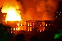 A massive fire engulfs the National Museum in Rio de Janeiro, one of Brazil's oldest, on September 2, 2018. - The cause of the fire was not yet known, according to local media. (Photo by STR / AFP)