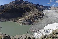 ACHTUNG: SPERRFRIST 9. APRIL 14:00 UHR.  - HANDOUT - 26.09.2018, Schweiz, Gletsch: Der Rhonegletscher war in der letzten Eiszeit (vor ca. 20000 Jahren) der größte Gletscher der europäischen Alpen. Seitdem ist er zu einem typischen Talgletscher geschrumpft. Die weiße Fläche am unteren rechten Rand des Gletschers entspricht einer künstlichen Abdeckung mit Decken, um die Gletscherschmelze zu reduzieren. Foto: M. Huss/EGU/dpa - ACHTUNG: Nur zur redaktionellen Verwendung im Zusammenhang mit der aktuellen Berichterstattung über die genannte Studie und nur mit vollständiger Nennung des vorstehenden Credits +++ dpa-Bildfunk +++