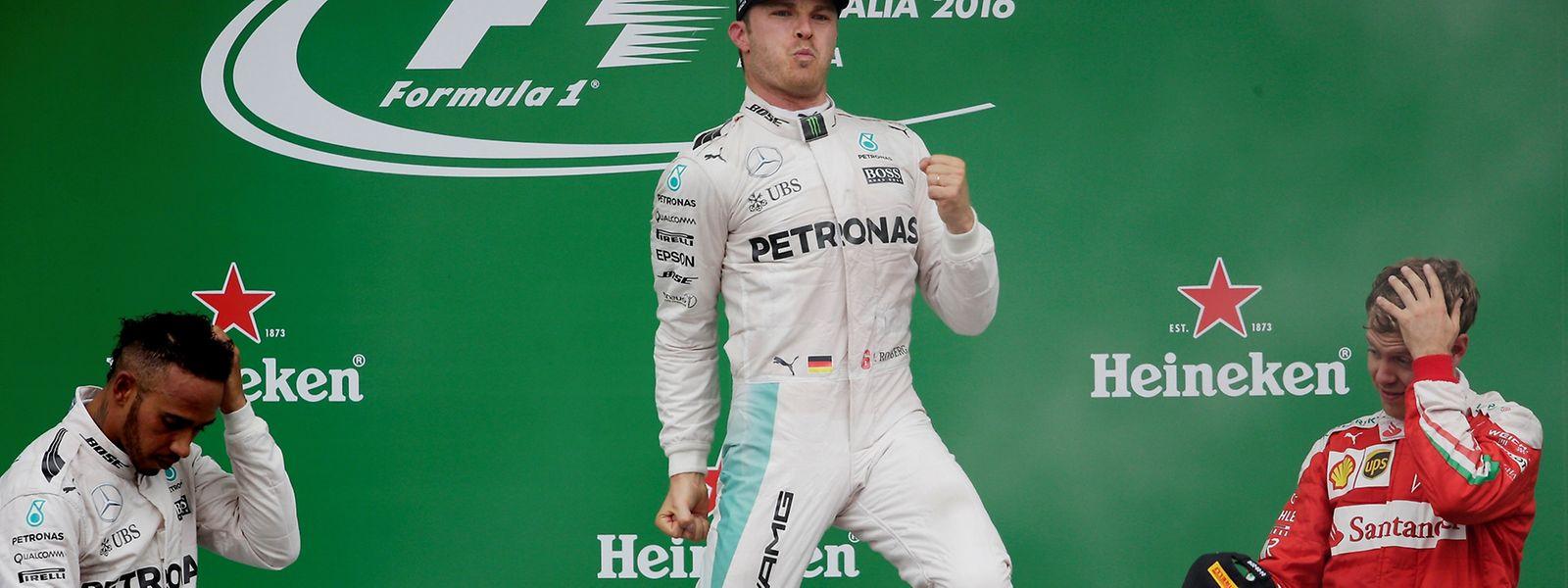 Freudensprung: Nico Rosberg jubelt über den Sieg in Monza, Lewis Hamilton (links) und Sebastian Vettel müssen zuschauen.