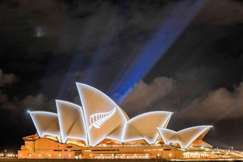 Emotivas homenagens às vítimas do massacre de sexta-feira estendem-se de Christchurch à Ópera de Sydney.