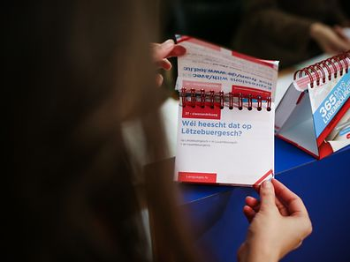 The calendar is designed to start with basic Luxembourgish words and sentences, explained in French and English