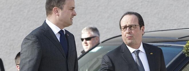 François Hollande (D) esteve no Luxemburgo em Março de 2015