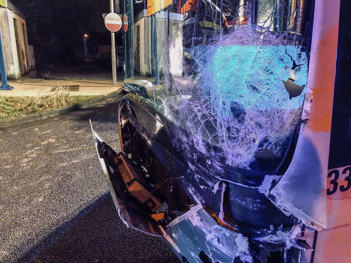 Auch der Bus wurde erheblich beschädigt.