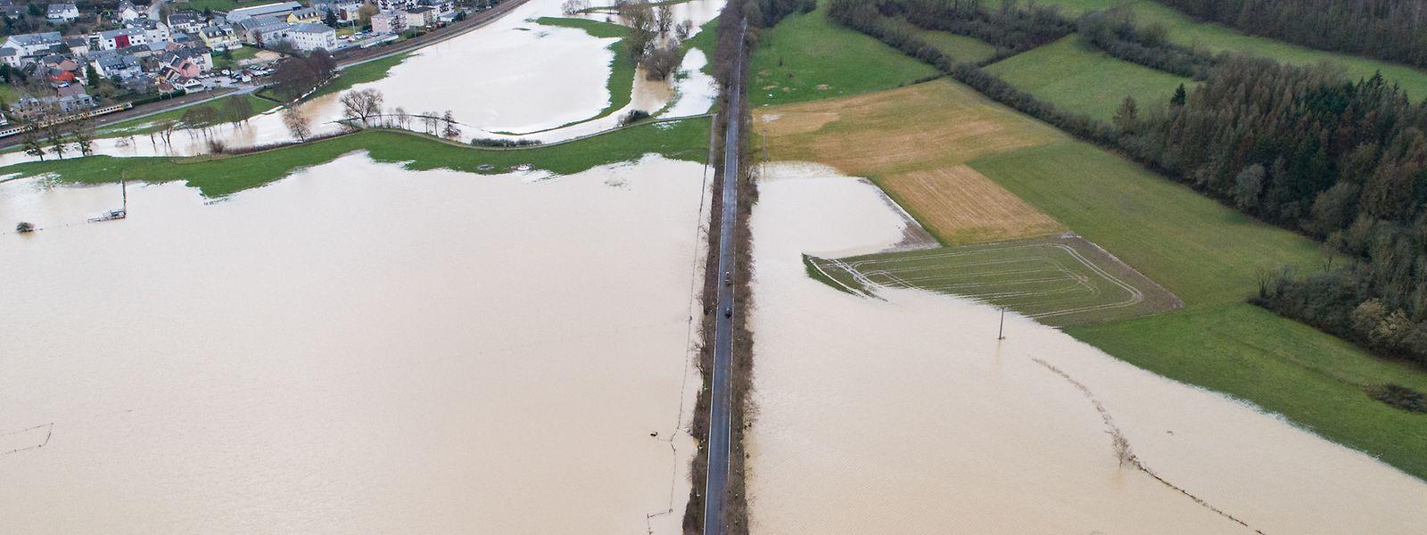 Die Felder zwischen Mersch und Gosseldingen stehen nach dem Regen unter Wasser.