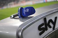 ARCHIV - 17.02.2010, Bayern, München: Fußball: in einem Stadion auf einem Moderatoren-Pult des Pay-TV-Senders Sky liegt ein Mikrofon mit der Aufschrift «Sky Sport - Champions League». (Zu dpa: «Sky bestätigt: Keine Einigung mit UEFA bei Champions-League-Rechten») Foto: Andreas Gebert/dpa +++ dpa-Bildfunk +++